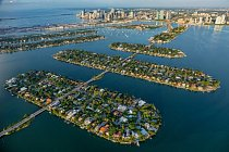 Venetian Causeway vBiscayne Bay spojuje Miami Beach sMiami přes šest umělých ostrovů nazvaných Venetian Islands, které jsou považovány zanejlepší bydlení namořském břehu.