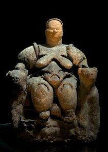 Tato socha bohyně matky Kybelé byla nalezena v Çatal Hüyük v Turecku a je často uváděna jako důkaz uctívání Matky Země, božstva neolitické Evropy před nástupem patriarchální společnosti.
