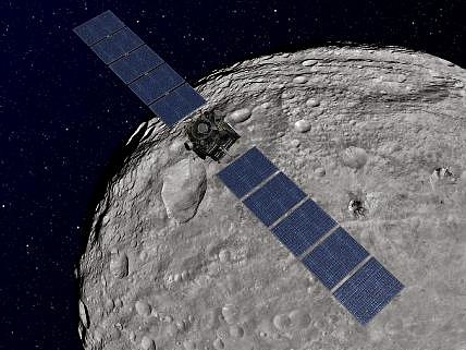 Představa umělce, jak vypadá oblet družice Dawn kolem planetky Vesta.