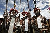 Domorodí Papuánci se shromažďují na slavnosti ve Waměně (Indonésie).