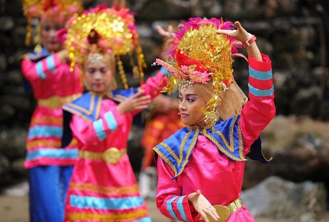 INDONÉSIE - Největší komunita, kde vládne matriarchát, se nachází v Barisanském pohoří na ostrově Sumatra. Ve zdejší muslimské společnosti vlastní a dědí majetek ženy. Po svatbě se muž stěhuje ke své vyvolené. Ženy na fotce tančí tanec etnika Minangkabau.