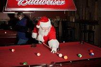 Po pětikilometrovém Velkém běhu Santů v Las Vegas v roce 2012 si jeden osamělý Santa krátí čekání na večírek po závodě hrou kulečníku v restauraci Stoney's Rocking Country Bar.