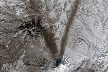 Písmeno V – Popel na sněhu kolem sopky Shiveluch na Kamčatce