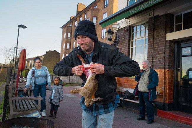 """John Cook, přezdívaný Pytlák, loví králíky v blízkých močálech a prodává je za své """"kanceláře"""" v hospodě Anchor and Hope. Žije na okraji společnosti, ale daří se mu přežít. """"Nechtěl bych být v Londýně"""