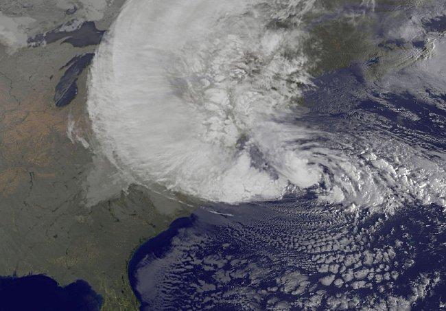 Snímek Sandy z pondělí 29. října. Centrum bouře se v tuto chvíli nacházelo 310 mil od New Yorku. FOTO: NASA GOES Project