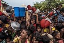 Spory mezi skupinami působí utrpení lidem, kteří do střetu nemohou mluvit a nemají možnost je řešit. Po útěku před barmskými vojenskými oddíly se stovky rohingských dětí natahují pro kousek jídla v uprchlickém táboře Balukhali v jižním Bangladéši.