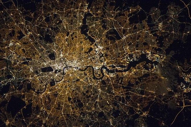 Londýn byl založen na severním břehu Temže a po mnoho století přes ni vedl pouze jediný most London Bridge. Teprve v osmnáctém století se město začalo díky stavbě dalších mostů rozrůstat po obou březích řeky.