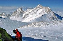 Makalu byla první osmitisícová hora, kterou Češi zdolali. Šubrt, který stál v r. 76 na vrcholu, se bohužel už dolů nevrátil.