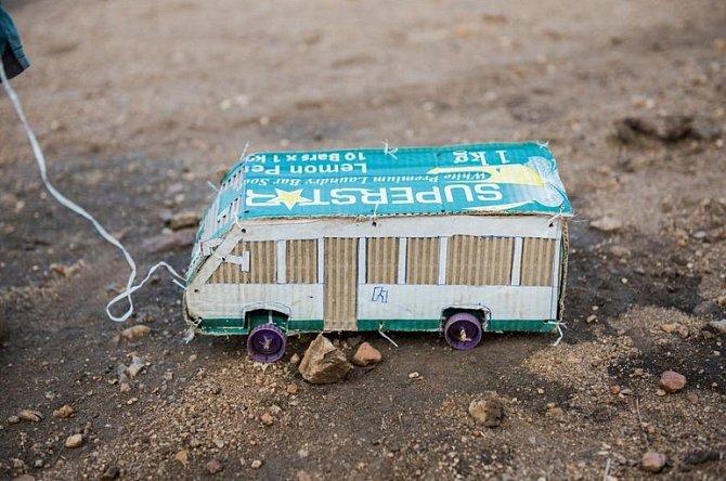 Krabice od mýdla na praní začala nový život vpodobě do detailů vypracovaného minibusu.