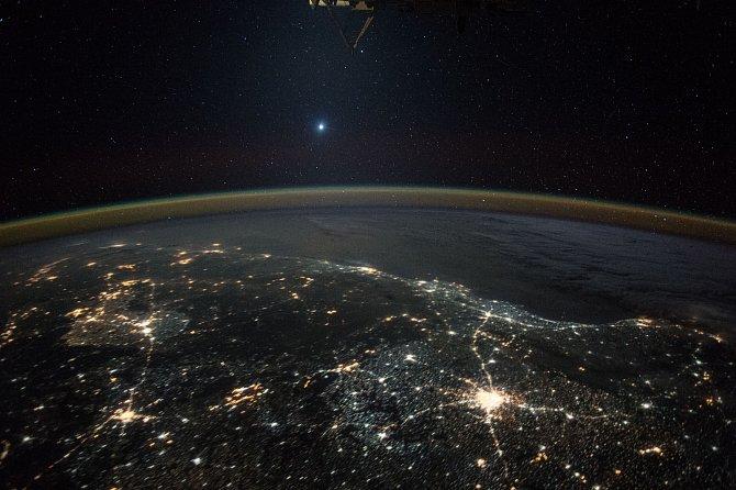 Japonský astronaut Kimiya Yui zachytil z Mezinárodní vesmírné stanice Planetu Venuši.Na horní části fotografie můžete vidět laboratoř Kibo, která je součástí ISS.