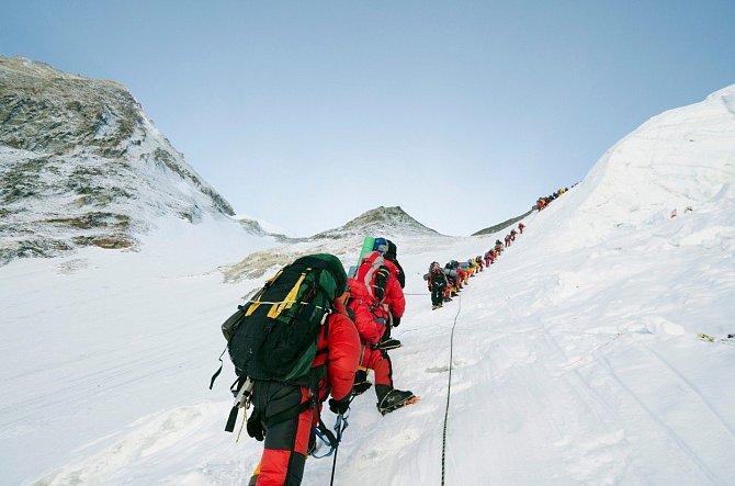 Horolezci mířící na vrchol Mount Everestu.