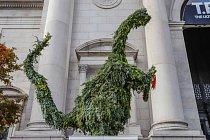 Před přírodovědným muzeem v New Yorku je netradiční vánoční stromek ve tvaru dinosaura.