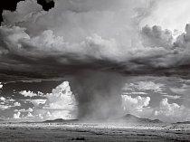 Monzunová bouře, která připomíná atomový hřib, svrhává na poušť záplavu vody. Základna tohoto mraku může viset přibližně tři kilometry nad zemí (Lordsburg, Nové Mexiko)