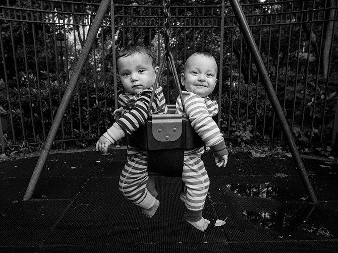 Sedmapůlměsíční dvojčata Felix aViva Torresovi vnímají obrázky izvuky, snimiž se setkávají vnewyorské čtvrti Greenwich Village. Doma naně mluví dvěma jazyky.
