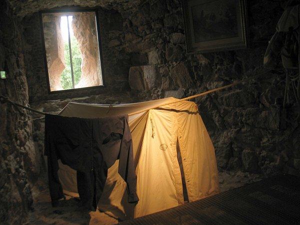 Návštěvník uvidí také desítky let staré horolezecké vybavení, které ssebou nosily výpravné expedice prvních dobyvatelů Himálaje, stejně jako předměty, které používal Reinhold Messner při svých sólových výstupech.