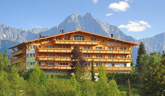 Hotel Seelos**** s pozadím majestátních hor.