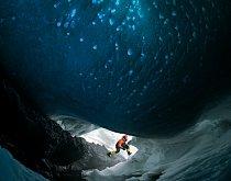 Sluneční světlo proniká klenbou ledové jeskyně na nejjižnější činné sopce na světě, Mt Erebus.