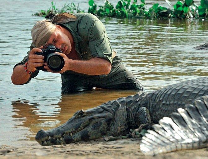 Výtěžky z dražeb jeho fotografií podporují ochranářské projekty mladých vědců v různých částech světa a chov ohrožených druhů v zoologických zahradách.