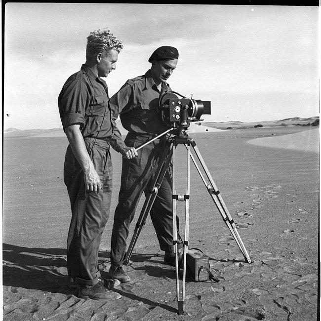 Zikmund a Hanzelka s kamerou na peruánském pobřeží při cestě na ostrovy Chinchas. Fotografii obou cestovatelů pohromadě pořídil Eduard Ingriš.