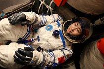 Liu Yang (34) při tréninku v kabině simulující skutečnou cestu do vesmíru.
