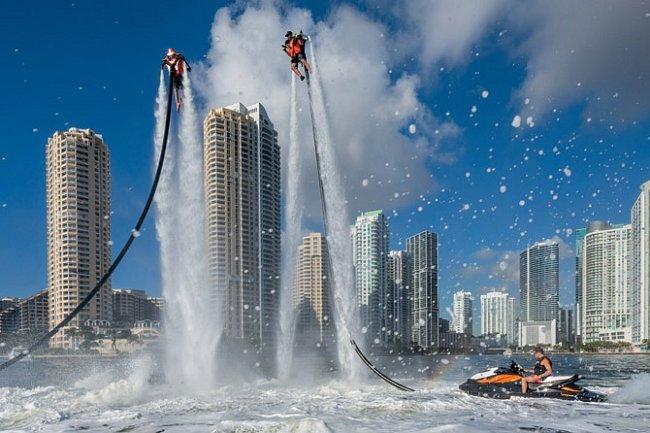 Mohutné fontány drží milovníky zábavy ve výšce na Biscayne Bay, nedaleko centra Miami. Toto město si oblíbilo nevázaný životní styl spjatý svodou. A to i včase, kdy stoupající mořská hladina ohrožuje jeho perspektivní existenci.