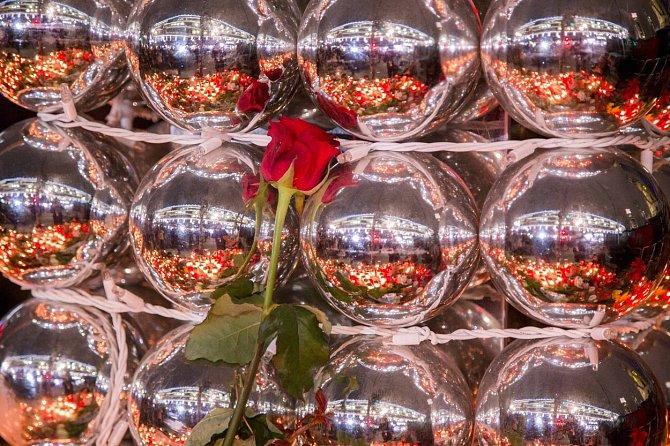 Místo radosti a vůně svařeného vína květiny a zapálené svíčky... Lidé přicházejí na vánoční trh v centru Berlína uctít památku těch, kteří zemřeli po teroristickém útoku, kdy kamion vjel do davu nic netušících návštěvníků.