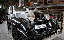 """Vůz Rolls-Royce s charakteristickou soškou """"Spirit of Ecstasy"""" (Duch extáze) na masce chladiče."""