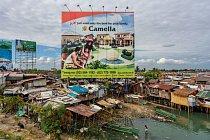 """Billboard na Filipínách nabízí svůdnou představu. Internetové stránky developerské společnosti, která se zaměřuje na vracející se zahraniční dělníky, tvrdí, že dává Filipíncům """"nejlepší důvod, proč se"""