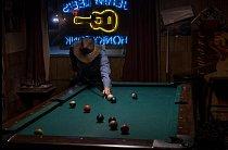 Lonny hraje kulečník v baru Jerry Lee's Honky Tonk, v Silver Spring.