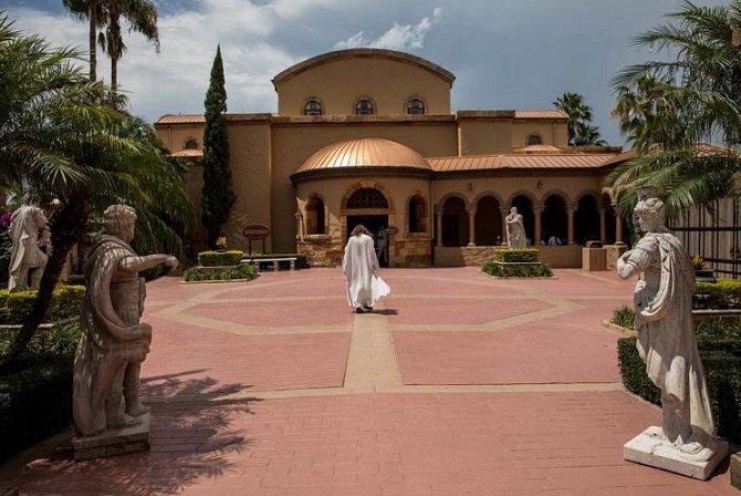 Job kráčí ke Scriptoriu. To je muzeum, které má jednu znejvětších biblických sbírek vzemi.