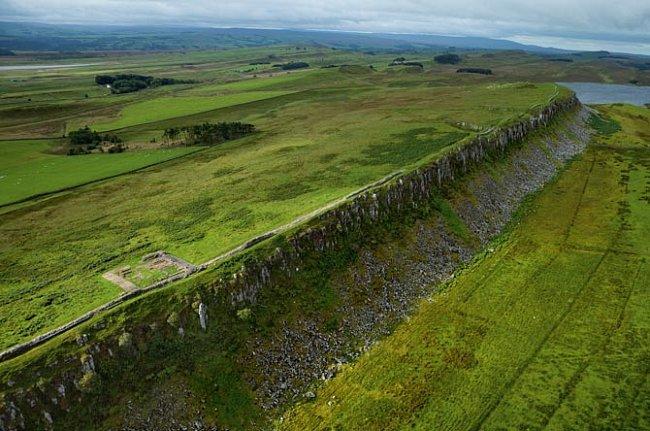 Hadrianův val, Anglie. Barbaři museli vzhlížet k této části valu, která vede podél útesu nedaleko vesnice Once Brewed na severu Anglie. V době vrcholného rozkvětu byl val vysoký 4,5 metru a táhl se v