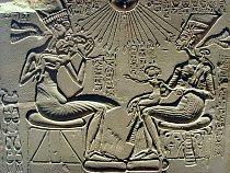 Achnaton s Nefertiti spolu se svými třemi dcerami