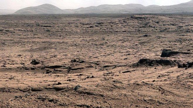 OBRAZEM: Panorama na Marsu tak, jak jej vidí Curiosity