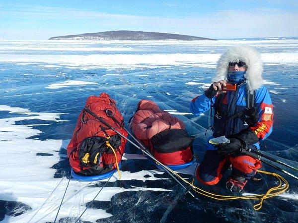Polárníci Václav Sůra a Petr Horký jako první Češi přešli pěšky zamrzlé jezero Khuvsghul všamanské oblasti severního Mongolska. Na saních táhli každý 60kg nejnutnějšího vybavení.