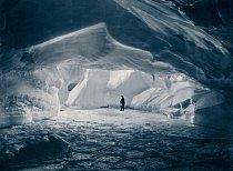 Jeden člen týmu zkoumá velkou ledovcovou jeskyni vzdálenou zhruba kilometr od hlavní základny, na nejvýchodnějším okraji mysu Denison.
