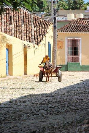 Oproti zbytku Latinské Ameriky má Kuba velmi zachovalou kulturu iarchitekturu. Kubánci mají navíc ijinou mentalitu, hudba vbarech, neustálá párty. Je to prostě zábavná destinace.