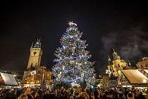 Dvaadvacetimetrový strom ze Semil ozdobený čtyřiceti anděly a 4,5 kilometru dlouhým světelným řetězem na Staroměstském náměstí v Praze.