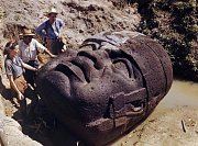 Na fotografii National Geographic Society z roku 1947 archeologové studují kolosální olméckou kamennou hlavu z La Venty, Mexiko. Olmécká civilizace, která byla jednou z prvních civilizací Mezoameriky, poskytla opěrný bod pro rozvoj zbytku celé oblasti.