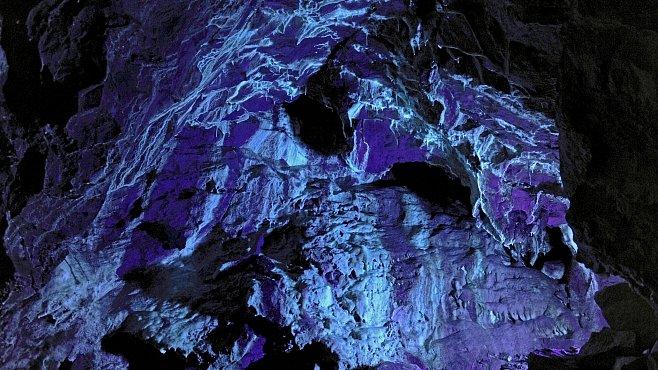 Největší podzemní jezero v Čechách najdete v Bozkovských dolomitových jeskyních