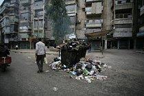 V Aleppu se kvůli bojům vrší odpadky a sutiny z domů.
