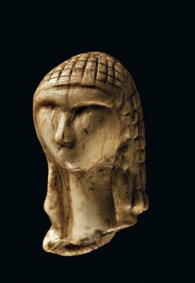 """Jemně vyřezávaná hlavička zmamutího klu, označovaná jako Dáma zBrassempouy, byla nalezena vjihozápadní Francii vroce 1894. Ať už plastika zobrazuje """"dámu"""" nebo mladíka, patří mezi nejstarší vypodobnění lidské tváře."""