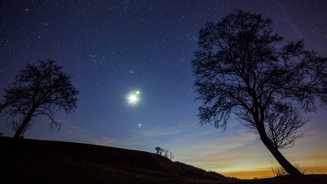Planetární nokturno. Setkání dvou planet s Měsícem na fotografiích