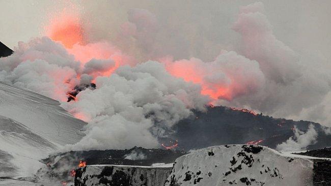 Pěšky kolem činné sopky Eyjafjallajökull. Před erupcí i po erupci