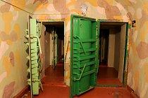 Vstup do podzemního krytu připomíná přítomnost armády ve 20. století.