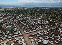 Metropole plechových střech: Goma ve východním Kongu se rozkládá na křižovatce mnoha konfliktů. Počet obyvatel města prudce vzrostl s přílivem vysídlených venkovanů, vojáků, šmelinářů a humanitárních