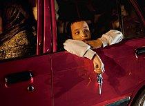 Chlapec s dětským revolverem se dívá z auta v Alexandrii na míjející pouliční scény. Egypťané nyní chovají velké naděje a chtějí, aby zvolení vůdcové zajistili mladým více příležitostí.