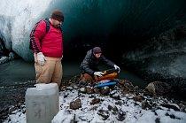 Mikrobiologové Markus Dieser a Erik Broemsen z Luissianské státní univerzity provádí odběry bakterií z potoku pramenícího pod ledovcem na Kótě 660. Nezbytnou součástí odběru vzorku tvoří měření chemic