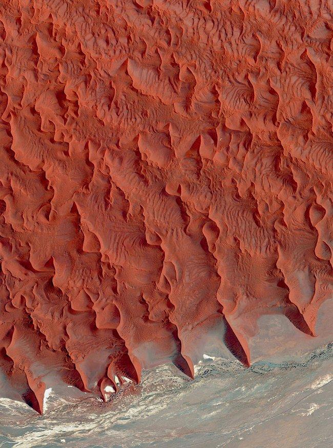 Poušť Namib, Namibie – cihlově červené, růžové a oranžové duny v nejstarší poušti světa dosahují výšky až 200 metrů.