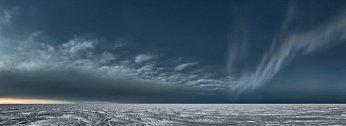 Za soumraku se dělí o tmavnoucí oblohu mračna s polární září. Polární záře se objevuje, když elektrony slunečního větru narážejí do atomů kyslíku adusíku v horních vrstvách zemské atmosféry. Poblíž zemských pólů bývají často vidět i mrak ve tvaru čočky.