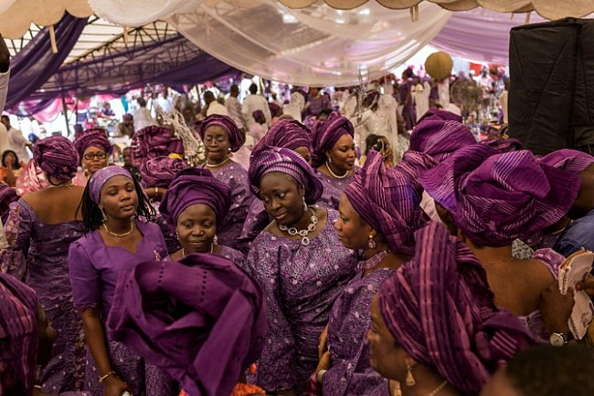 VNigérii je obvyklé požádat hosty, aby při společenských událostech, jako je tato svatba vYoruba Tennis Club, měli nasobě barevně sladěné oděvy nazývané aso ebi.